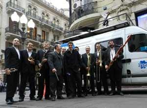 El maestro Gabriel Alustiza con una de las formaciones musicales que dirige en la ciudad de Rosario, Cuna de la Bandera, República Argentina