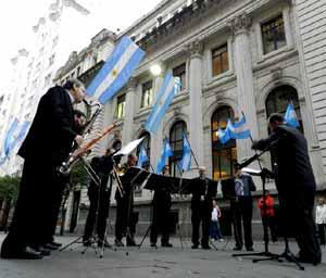 El músico y director Gabriel Alustiza dirigiendo a integrantes de la orquesta sinfónica de la Provincia de Santa Fe, con sede en Rosario, Argentina, Cuna de la Bandera Nacional