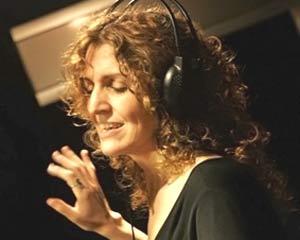La cantente de jazz argentina Gabriela Mazzeo registrando en los estudios de grabación uno de los temas de su disco Lovely Café, en Buenos Aires