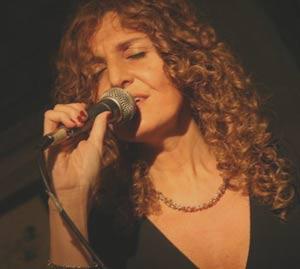 Un momento de la actuación de la cantante de jazz argentina Gabriela Mazzeo, presentando su disco Loveluy Café en Buenos Aires