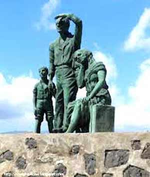 Monumento al Inmigrante, La Garita, Gran Canaria, Islas Canarias, España. La foto de portada, otro monumento dedicado a la inmigración europea en Argentina, levantado en la ciudad de Esperanza, Provincia de Santa Fe