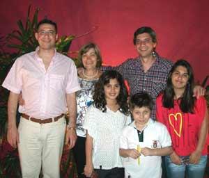 Gema López Abad con sus dos hijos y tres nietas, en Temperley, Provincia de Buenos Aires, Argentina