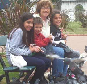 Gema López Abad con sus nietos en la Plaza de Mayo de Buenos Aires, Argentina. Al fono, el Cabildo