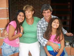 Gema López Abad con uno de sus hijos y las nietas