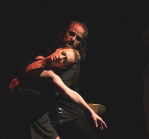 Giselle Velasco, bailarina y coreógrafa argentina, danzando en un espectáculo presentado en Europa