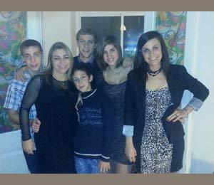 La profesional argentina Gladys Bertolez en Tarragona, España, donde reside actualmente, junto a sus cinco hijos