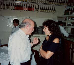 El autor de la nota, Albino Mallo, en su época de delegado de EFE en Montevideo, con la actriz argentina Graciela Borges en el restaurante Pepe Fechoría de la ciudad de Buenos Aires