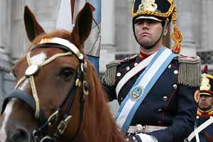 Granadero a caballo, regimiento argentino creado por el General San Martín, recordando su paso por el Regimiento de Granada creado por la reina Isabel La Católica