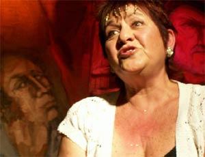 Inés Grimland, la polaca - ucraniana - boliviana - argentina en plena acción, contándo cuentos, hablando de cosas, cautivando a su público en español o en idish