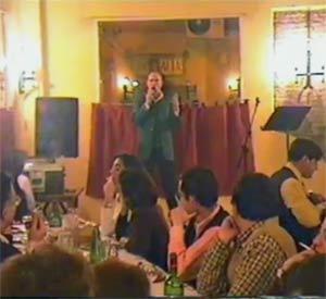 El cantor argentino Guillermo Albarado en una de sus actuaciones en la Parrilla Argentina El Almacén de Sevilla, España