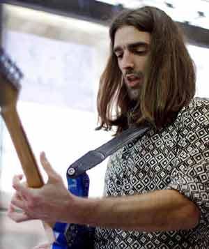 Guillermo Gagliardi, guitarrista uruguayo que reside en Galicia, España. Entrevista de Argentina Mundo www.argentinamundo.com