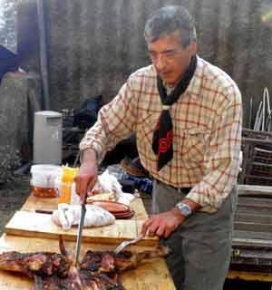 Guillermo Vendrell, dirigente del Casal Argentino de Badalona, en plena tarea de asador criollo en el encuentro anual de Gauchos en Europa