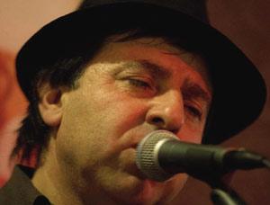 El cantautor argentino Gustavo Patanchón, nacido en Mar del Plata y que reside en Brescia, Italia, donde actúa con su conjunto Alaraíz