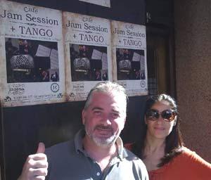 Héctor Alejandro Rial Picallo, cantor de tango argentino, junto a su mujer Judith posando con carteles de una de sus presentaciones en España