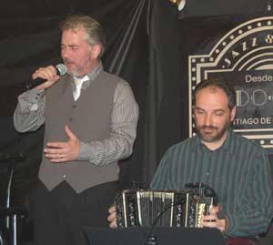 Héctor Alejandro Rial Picallo canta y Alejandro Szabo al bandoneón, dos artistas argentinos que hacen muy buen tango en Galicia, España toda y Portugal