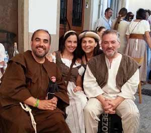 Encuentro de amigos en Galicia, participando de una jornada recordando la Edad Media. A la derecha, Héctor Alejandro Rial Picallo, abogado y cantor de tangos