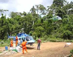 Dos helicópteros de Aeromaster Airways con base en Quito, Ecuador, realizando trabajos para terceros en la selva ecuatoriana