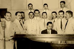 El maestro Hermes Vieyra en los estudios de LV1 Radio Colón de San Juan, dirigiendo uno de sus conjuntos