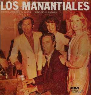El maestro sanjuanino Hermes Vieyra acompañando desde el piano al conjunto argentino Los Manantiales
