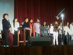 Los artistas que participaron en el gran homenaje al cantautor argentino Facundo Cabral en Buenos Aires, 7 de octubre 2011, saludando e el escenario del Auditorio Belgrano