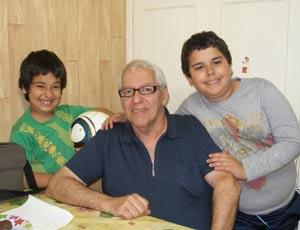 Honorio Guerra Gómez, difusor argentino del tango y folklore en Laredo, España, con dos de sus nietos