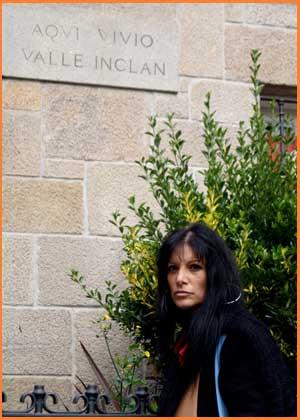 La cantante pontevedresa Irene Aschero recorriendo su ciudad natal. Posa frente a la casa donde vivió Ramón María del Valle Inclán . Irene vive en Quilmes, Buenos Aires,  Argentina