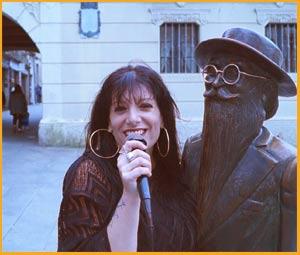 Irene Aschero, cantante de tango pontevedresa que vive en Quilmes, Argentina, en amena charla con Del Valle Inclán en Pontevedra