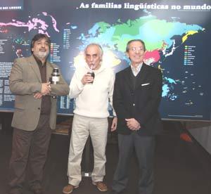 Como en la foto de portada, el autor de la nota, Jaime Correa Deulofeu, tomando un mate en buena compañía en una de las Mateadas Culturales organizadas en Vigo, con presencia de amigos brasileños y el cónsul de Argentina en esa ciudad gallega