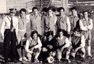 En su juventud, Jesús Alonso Olveira integrando un equipo de fútbol en el Partido de Avellaneda, Provincia de Buenos Aires, Argentina