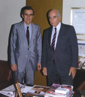 Jaime Tartiere, admirador asturiano de Juan Manuel Fangio, en dependencias de Mercedes Benz de Argentina