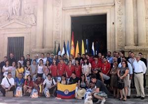 Jóvenes de diversos países en la visita a la iglesia del Carmen, a metros de Puerta del Sol, Madrid. Presencia de jóvenes argentinos con nuestra bandera.