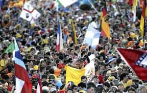 Aspecto de la misa de bienvenida en la Plaza de Cibeles de Madrid. Se ha calculado la concurrencia en 300.000 personas. En el centro de la foto, una bandera argentina. Foto de Cadena 3 Radio de Argentina