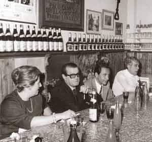 Joaquín Gómez Bas, Luis Alposta y otros amigos en un encuentro de viandas, charla, poesía, tango