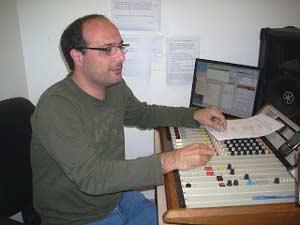 Jorge Falcone, técnico operador y puesta al aire del programa Siempre Argentina por RAE Radio Argentina al Exterior, de Radio Nacional de Argentina, en los estudios de Buenos Aires, Argentina