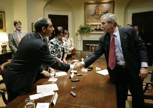 El periodista argentino del diario La Nación de Buenos Aires, Jorge Elías saludo al entonces presidente de EEUU, George W. Bush