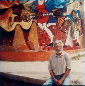 El muralista argentino Jorge Cruz Crinejo, de Córdoba, junto a uno de sus trabajos