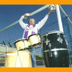 José Antonio Aramayo y sus dos pasiones, ser futbolista y percusionista, en la porteria del Real Valladolid