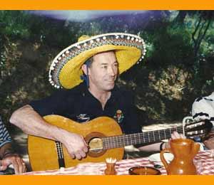 El que fuera portero / arquero de equipos de España y Argentina, José Antonio Aramayo, cantando con mejicano atuendo en una fiesta de la plantilla del Real Valladolid