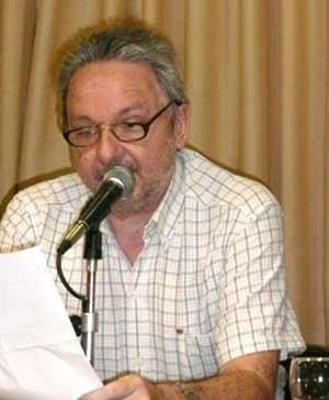 El escritor rosarino José Alberto Vatalaro en la ciudad de Argentina, durante una de sus conferencias