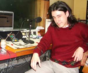 Juan Imperial, realizador argentino de radio, en los estudios de AM 610 General San Martín de Buenos Aires, Argentina