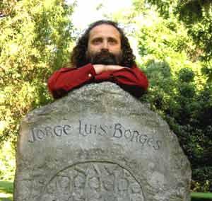 El pianista argentino Juan Maria Solare en Ginebra, Suiza, en la tumba de Jorge Luis Borges
