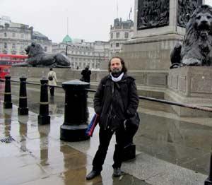 El pianista y compositor argentino Juan María Solare en una de sus muchas presentaciones en Gran Bretaña, paseando por el centro de Londres
