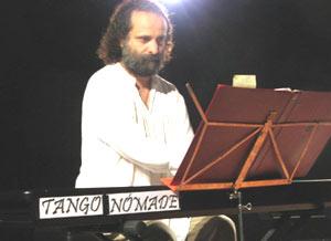 El pianista argentino Juan María Solare durante una de sus presentaciones con Tango Nómade en Alemania