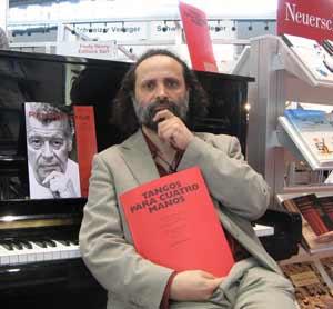"""El pianista argentino Juan María Solare mostrando su obra """"Tangos para cuatro manos"""" en una de las ferias de música más importantes del mundo, en Alemania"""