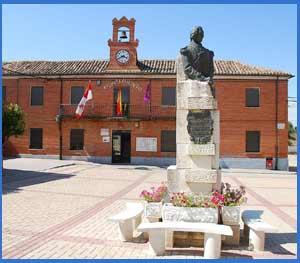Ayuntamiento de Cervatos de la Cueza, Palencia, España. En primer plano el busto de Juan de San Martín y Gómez, padre del General San Martín, donado por Argentina