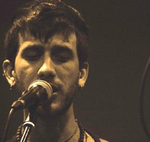 Juanjo Gregorio, voz y guitarra del grupo rockero La Clavija de Rosario, Argentina. Las fotos pertenecen a Elvio Alcaraz