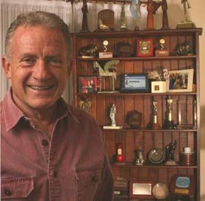 Julio Lagos, laureado periodista y locutor argentino, de Buenos Aires, junto a muchos de los premios recibidos a lo largo de más de medio siglo en la profesión