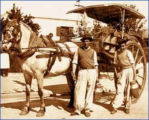 El típico lechero que recorría los barrios y pueblos con sus tachos lecheros, su ayudante, el caballo y el carruaje, típico de Argentina. Muchos eran vascos