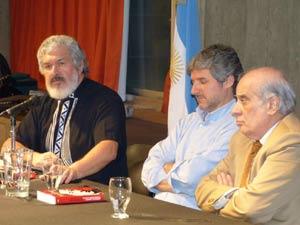 La presentación estuvo a cargo de los autores del libro, Schubert Flores y Héctor García Martínez, que flanquean en el acto al realizador de programas folklóricos Santiago Giordano, en la Biblioteca Nacional de Argentina, Buenos Aires
