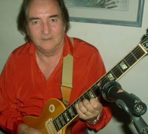 El compositor argentino de música para anuncios, cine, televisión Lucas Apestegui. Reside en Los Ángeles, California, EEUU